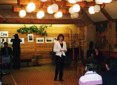 Мария Парамонова читает стихи в библиотеке им.Герцена. г.Тверь